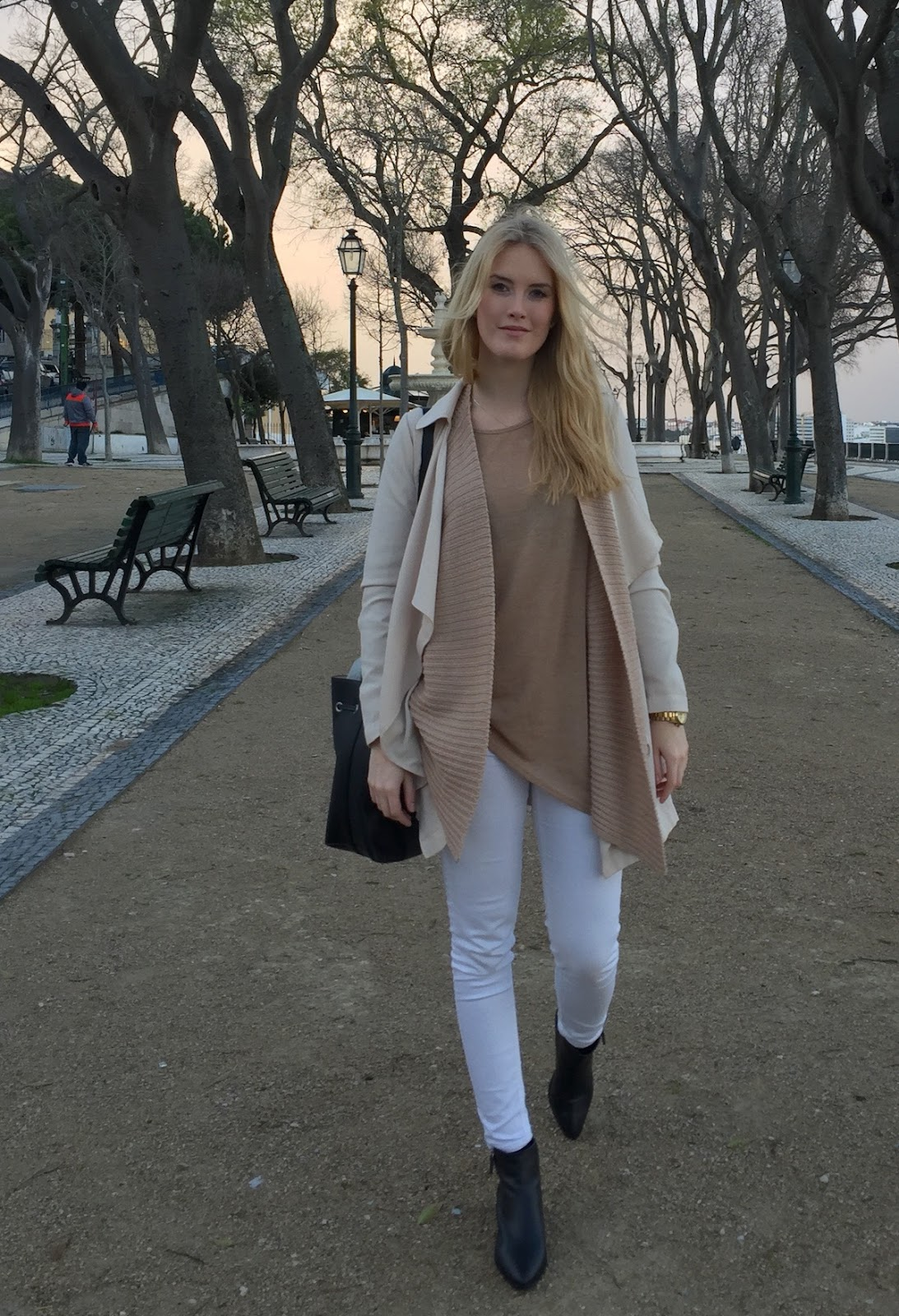 Outfit Fashionblogger Layering neutrale Farbtöne Bucket Bag