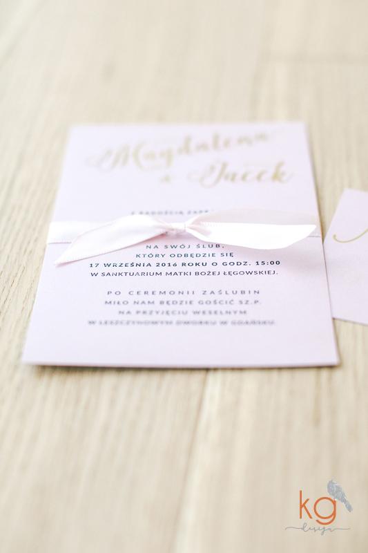 pudrowy róż, pozłacane, złote, różowe, zaproszenia ślubne, osobne karty, brudny róż, minimalistyczne, kaligraficzne, gold foil, metaliczne, piękne zaporszenia ślubne, najlepsze zaproszenia, najpiękniejsze, indywidualny projekt, projekt zaproszeń na ślub, KG Design, papeteria ślubna, złoto-rózowe zaproszenia ślubne, błyszczące, zaproszenia kaligrafowane, pismo kaligraficzne, złocone, pozłacane, brokatowe, konfetti, wstążka, delikatne, nietypowe, oryginalne, osobne karty, sezon 2017, ślubne trendy zaproszenia 2017, rose quartz, pantone, pink rose, glamour