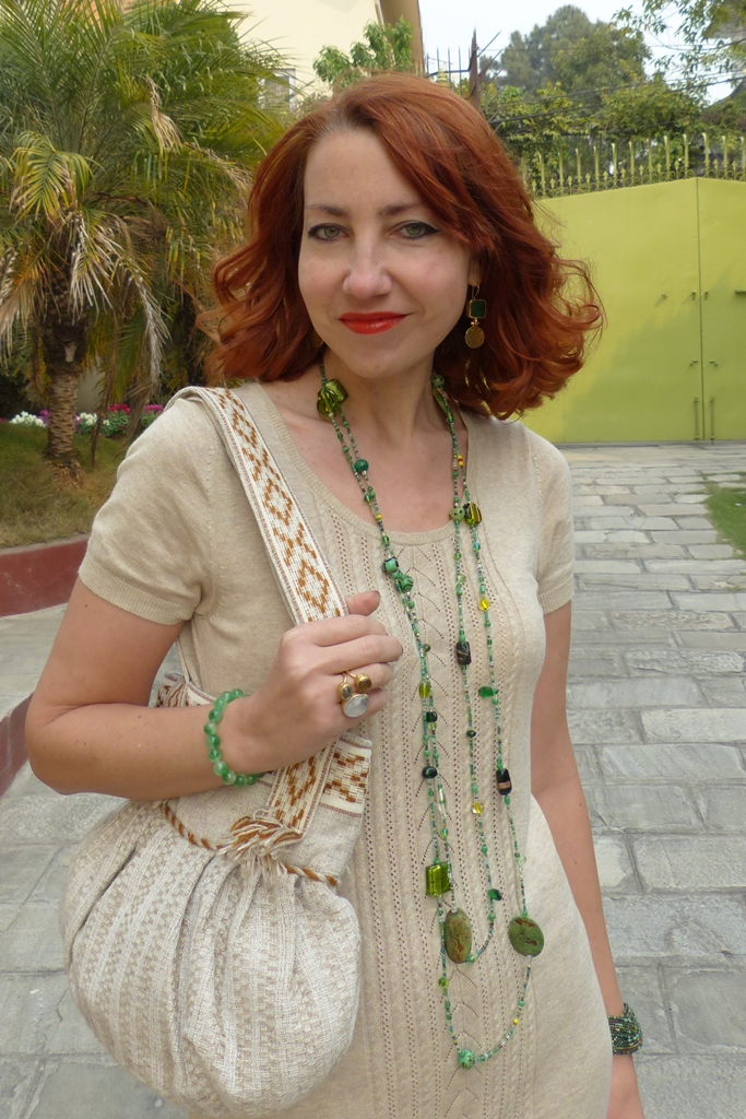 Jersey dress, linen bag, green beads necklace