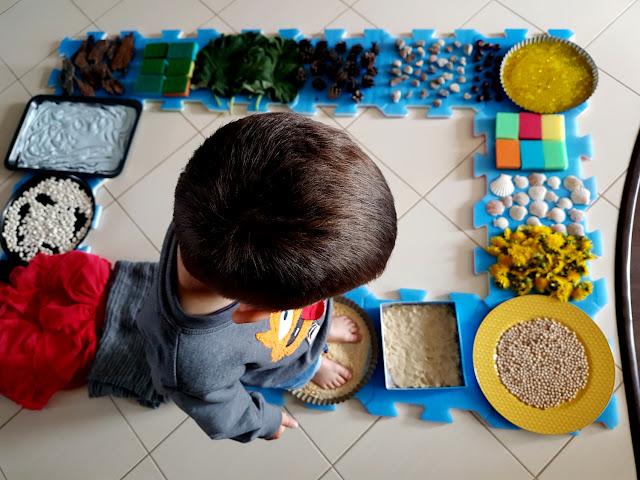 domowa ścieżka sensoryczna DIY - integracja  sensoryczna - SI - zaburzena integracji sensorycznej - zabawy sensoryczne - jak rozwijać motorykę dużą u dziecka - zmysł równowagi - wyobraźnia dotykowa