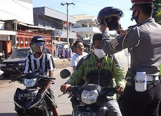 Operasi Gatarin, Polres Sumbawa Bagikan Masker dan Helm