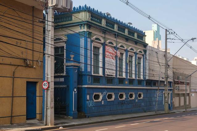 Casa na R. Treze de Maio, que é uma Unidade de Interesse de Preservação - vista de perfil