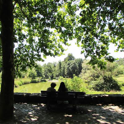 Duas senhoras sentadas no banco do parque