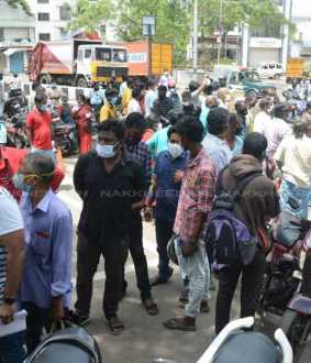 சென்னை நேரு ஸ்டேடியத்தில் ரெம்டெசிவிர் மருந்து வாங்க அலைமோதும்  மக்கள்