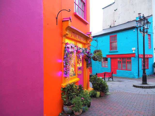 Kinsale, irlanti, etelä irlanti, cork, varikkaat talot, soma pikkukaupunki irlannissa, oranssi talo, pinkki talo, vari-iloittelua