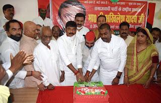 सपाईयों ने धूमधाम से मनाया पूर्व मुख्यमंत्री अखिलेश यादव का जन्मदिन | #NayaSaberaNetwork