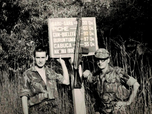 Região de Gabu   Novembro de 1967   Sinaliação de trânsito  placa de  confirmação de localidades e distâncias quilométricas. O autor (à direita)  não sabe o ... c7dca99c335