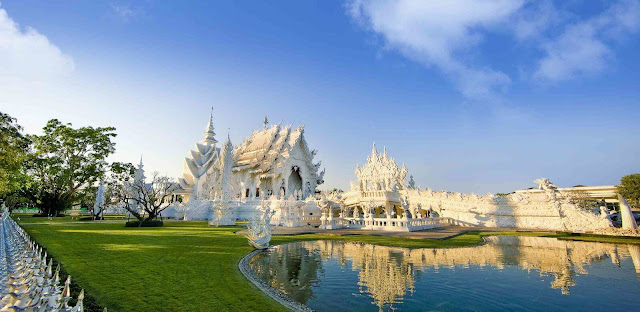 Bạn có thể đến tham quan ngôi chùa vào mọi mùa trong năm. Tuy nhiên, thời điểm đẹp nhất có lẽ là từ tháng 11 đến tháng 2 bởi lúc này Thái Lan đang vào mùa lễ hội. Mùa hè đến đây và chứng kiến ngôi chùa phản chiếu dưới ánh nắng đẹp rực rỡ cũng là một lựa chọn hấp dẫn.