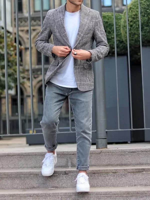 Blazer, a t-shirt with jeans