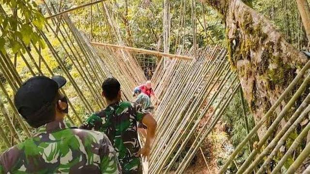 Satu-satunya jembatan penghubung di Desa Suruhtembawang, TNI bersama Masyarakat Perbatasan Perbaiki Jembatan Gantung