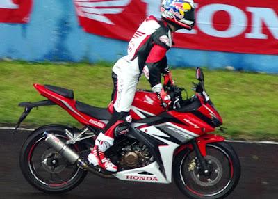 Honda CBR150R 2016 3