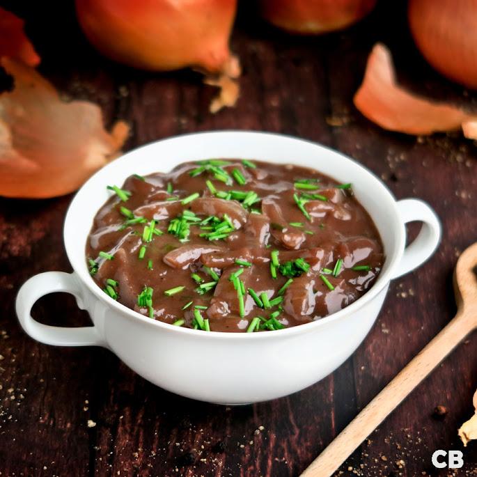 Recept: zo maak je zelf een rodewijn-uiensaus voor al je vleesgerechten!
