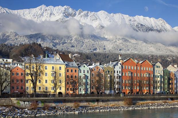 Інсбрук затиснутий у вузькій долині між двома альпійськими хребтами. А  засніжені альпійські вершини видно з будь-якої точки міста. fbbdc0dea7e98