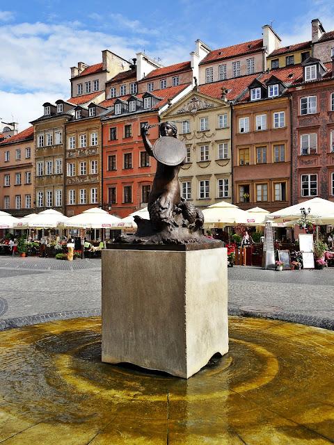 pomnik syrenki w centrum Warszawy