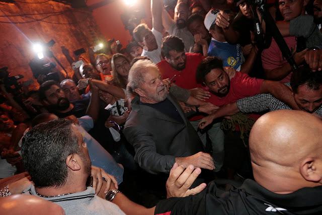 Ex-presidente Lula deixa sindicato dos metalúrgicos em São Bernardo do Campo, SP (Foto: Veja de São Paulo)