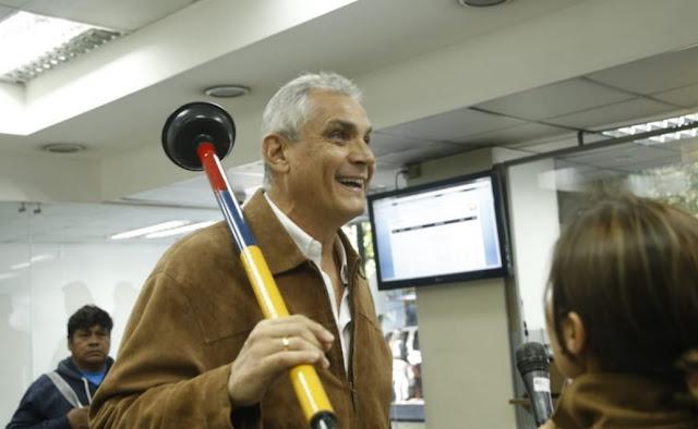 Fabricio Correa va a la Fiscalía con un destapa cañerías