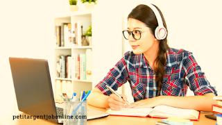 Jeune femme, travail de transcripteur en ligne, transcription en ligne