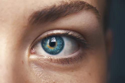 نصائح فعالة جدا للتخلص من انتفاخ العيون