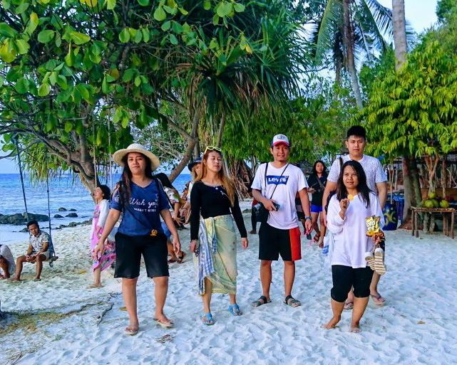 Paket Tour Harian Karimunjawa adalah paket sekali tour di Karimunjawa, dimana paket ini hanya mencakup tour laut satu hari full    Sharing tour 200.000 IDR/day/org  -          Kapal kayu  -          Tiket masuk pulau tidak termasuk tiket hiu  -          Sandar kapal dipulau  -          Makan siang  -          Snorkel Equipment  -          Air Mineral  -          Dokumentasi (peserta bawa flashdisk sendiri)  -          Guide    Private Tour 2.000.000 IDR/day, maksimal 6 org  -          Kapal kayu  -          Tiket masuk pulau  -          Sandar kapal dipulau  -          Makan siang  -          Snorkel Equipment  -          Air Mineral  -          Dokumentasi (peserta bawa flashdisk sendiri)  -          Guide