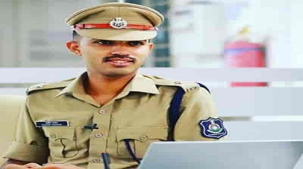 Mother makes rotis from house to house, son becomes country's youngest IPS