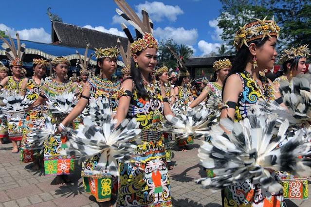 Tarian Adat Suku Dayak