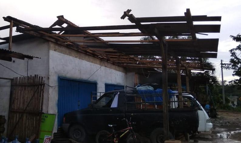 Angin Kencang Hancurkan Puluahn Atap Rumah Warga Dan Pohon Di Way Serdang