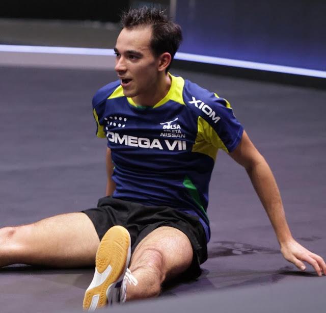 Hugo Calderano senta após vencer torneio