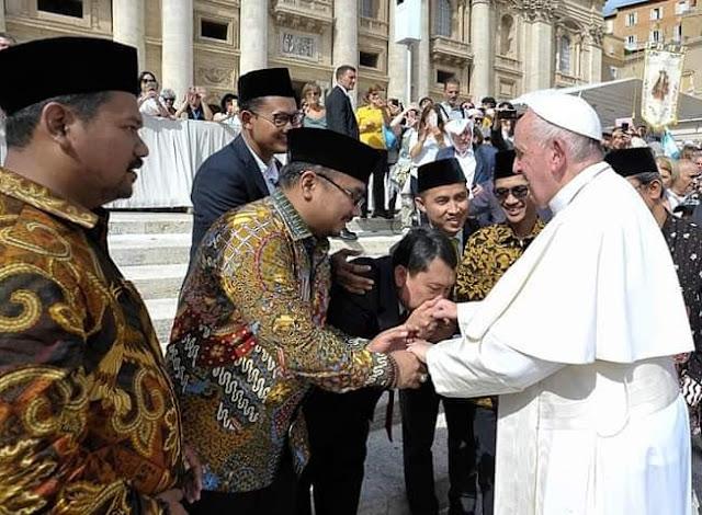 GP Ansor Cium Tangan Paus Fransiskus