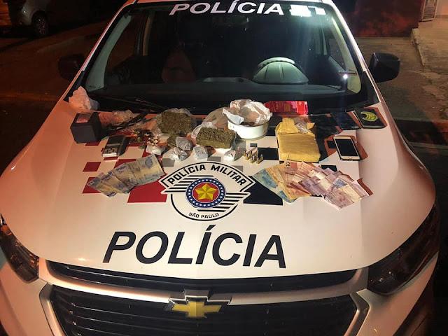 Em LUCÉLIA, Após abordagem a usuario de entorpecente, POlicia Militar Prede TRAFICANTES E apreende Grande Quatidade de drogas