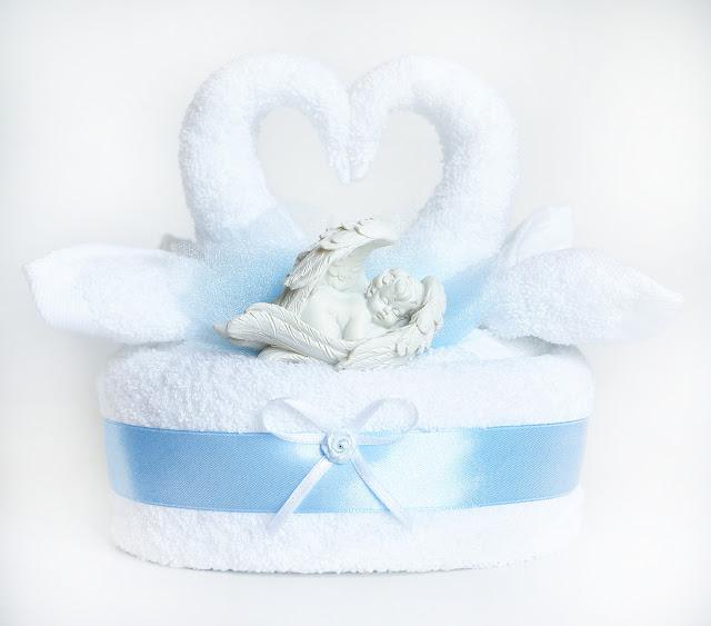 Kompozycja z ręczników w kształcie łabędzi, prezent na chrzciny