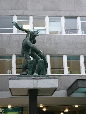 Denkmal, im Stil an Reaolsozialismus erinnerned, vor der Londoner Zentrale des Gewerkschaftsbundes TUC.