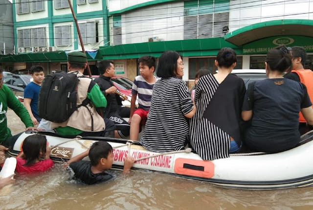 Ini Yang Dilakukan FPI Kepada Warga Tionghoa, dari Kepungan Banjir di Bekasi Nih Foto-fotonya