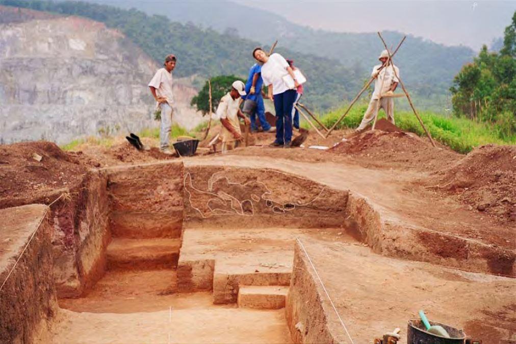 Equipe de escavação do Sítio Jaraguá I em ação (com pedreira local ao fundo). Foto: acervo Documento Antropologia e Arqueologia