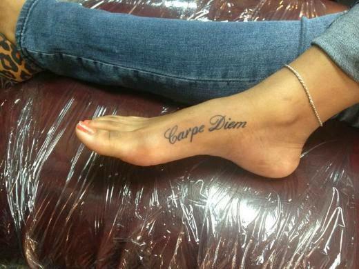 Vemos tatuajes femeninos para pies con la frase carpe diem