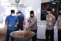 "Polda Metro Jaya ""Sulap"" Delapan Ton Sapi jadi Rendang untuk Warga DKI Jakarta"