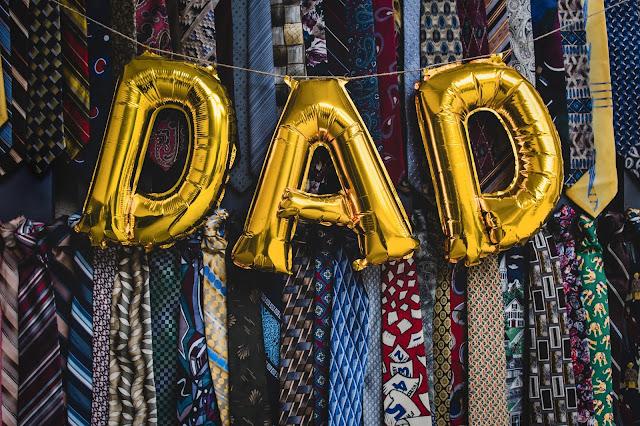 Le mot Dad écrit avec un ballon.