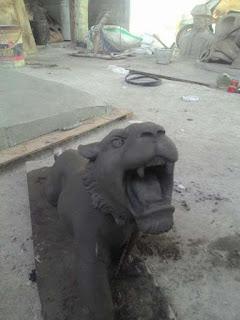 patung macan tanah liat