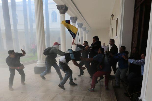 Parlimen Venezuela Diserang