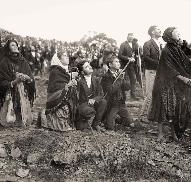 Detalhe dos fiéis em Fátima olhando para o Milagre do Sol, em 13 de outubro de 1917