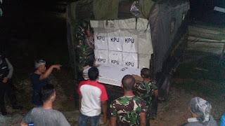 Sukseskan Pemilu 2019, Yonif RK 644/Wls Bantu KPU Kapuas Hulu Distribusikan Logistik Pemilu