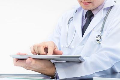 Doctor trabajando con una tableta