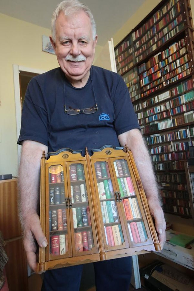 11-Jozsef-Tari-Private-Collection-of-5200-Miniature-Books-www-designstack-co
