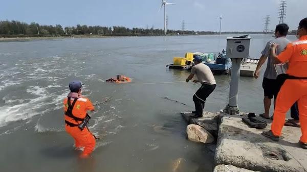 印尼籍船員受困塭仔港攔沙壩 彰化海巡攜漁民成功救援