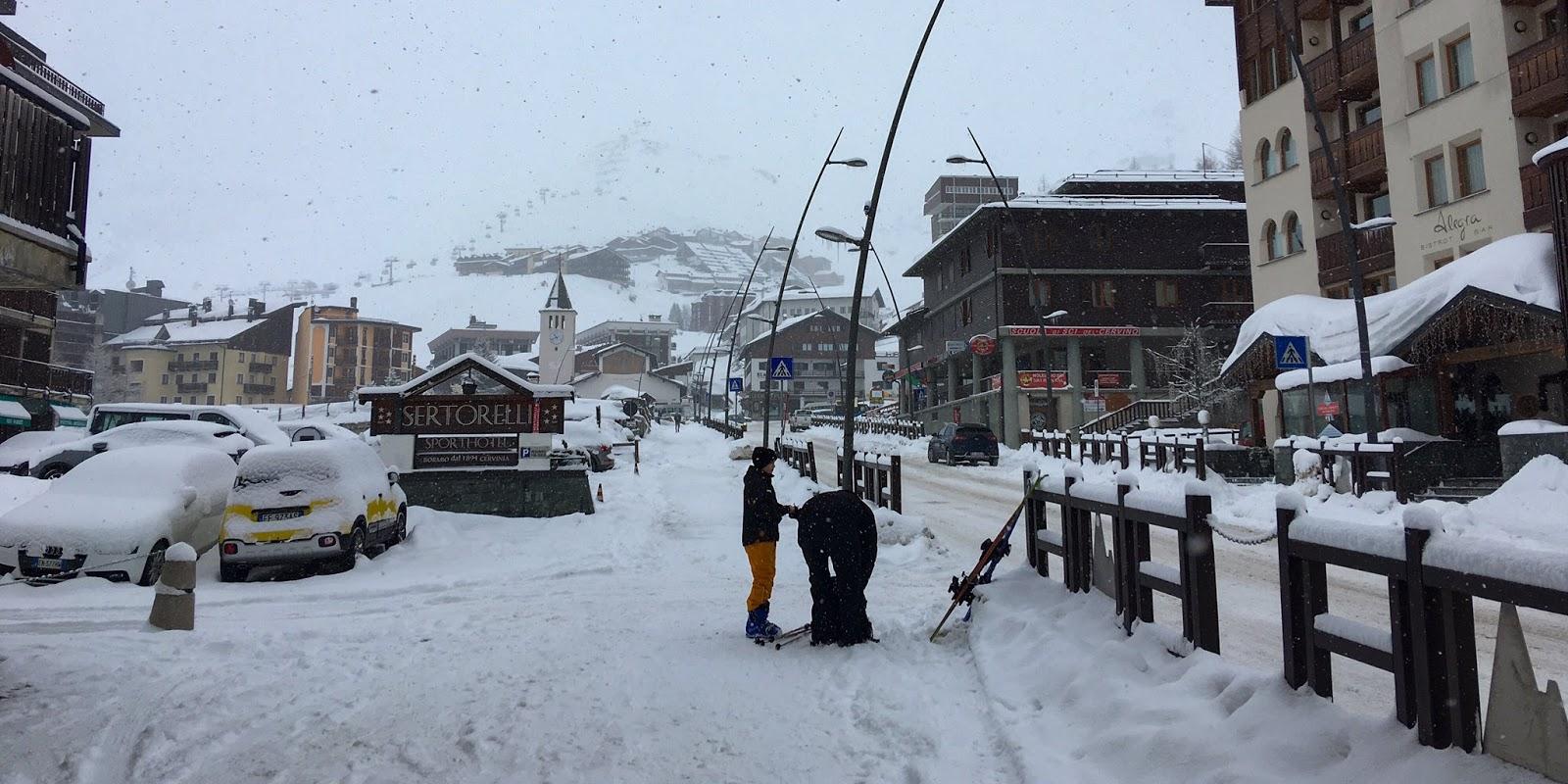 Slēpošanas kūrorta pilsēta, kuru klāj bieza sniega kārta