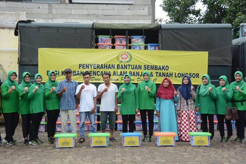 Ketua Persit KCK PD IIi/Siliwangi Dan Dharma Pertiwi Daerah C Berikan Bantuan Kepada Korban Bencana Alam Banjir Dan Tanah Longsor