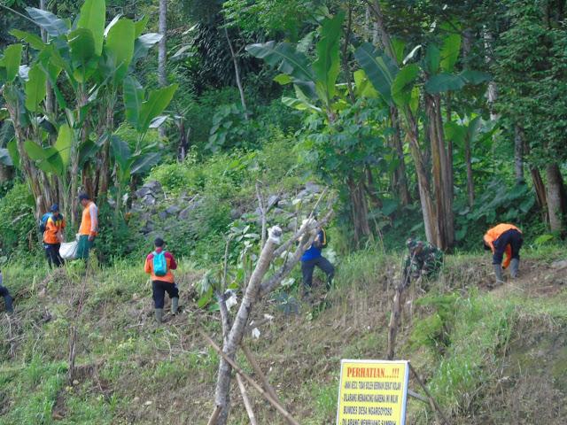 Kodim Karanganyar - TNI, Polri Bersama Forkopimca dan Masyarakat Melaksanakan Penghijauan