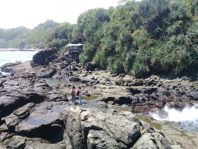 Tampak Hamparan Batu di Pantai Wedi Ombo