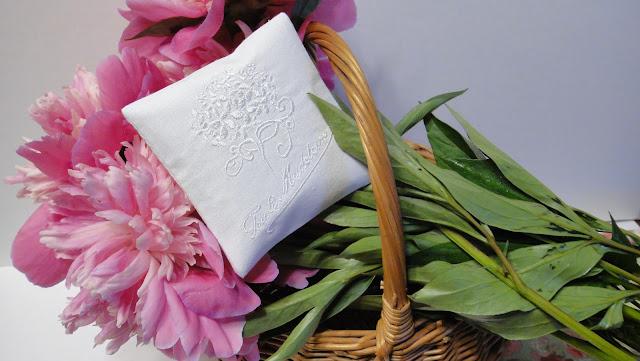 Вышитые саше: натуральный лен, вышивальные шелковые нитки. Рисунки, слова, даты на усмотрение заказчика