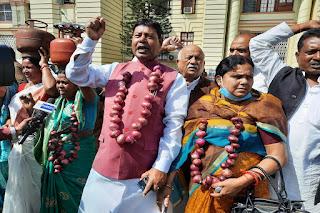 सिर पर गैस सिलेंडर और गले में प्याज की माला, कुछ इस अंदाज में बिहार विधानसभा पहुंचीं RJD की महिला विधायक