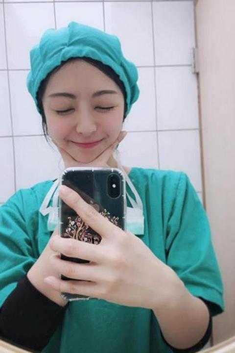 """Nữ y tá không cần tiêm thuốc tê cũng khiến bệnh nhân """"chết mê"""" vì quá xinh đẹp"""